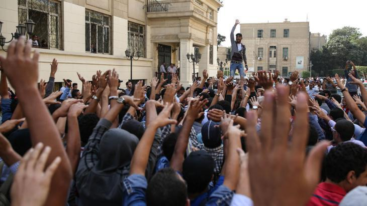 مظاهرات للطلاب في القاهرة عام 2014. demonstration-studenten-kario-okt_2014_foto_picture-alliance_aa_m-hossam