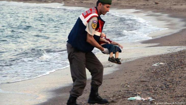 """صور """"آلان كردي""""، الطفل السوري، البالغ من العمر ثلاث سنوات، الذي مات غريقا في البحر المتوسط، وتم العثور عليه يوم الثاني من سبتمبر/ أيلول على الساحل التركي قرب مدينة بودروم؟ صور""""آلان"""" أثارت تعاطفا كبيرا وردود فعل كثيرة في وسائل التواصل الاجتماعي. لكن الأهم من ذلك هي أنها غيرت النقاش السياسي حول سياسة اللاجئين في أوروبا بشكل جذري."""