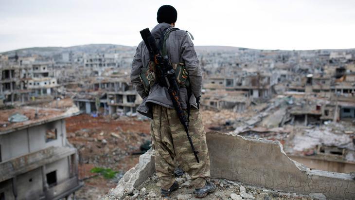 مقاتل كردي عند بلدة عين العرب كوباني.(photo: picture alliance/AP)