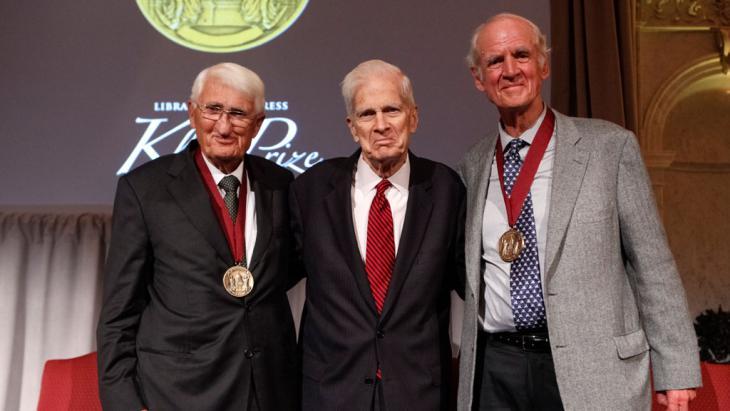 الفيلسوف الألماني وعالم الاجتماع يورغن هابرماس (إلى اليسار) وزميله الكندي تشارلز تايلور (إلى اليمين) مُنحا سويةً في التاسع والعشرين من أيلول/سبتمبر 2015 جائزة جون دبليو كلوج في واشنطن. (photo: Shawn Miller)
