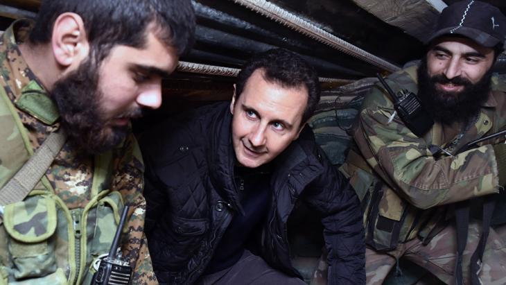 الرئيس السوري بشار الأسد مع جنود موالين له في دمشق. Foto: AP