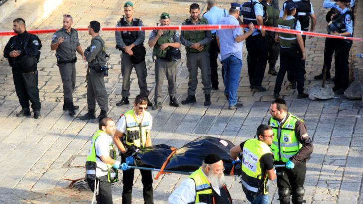 Von israelischen Sichreheitskräften erschossener Attentäter am Damskus-Tor vor der Jerusalemer Altstadt; Foto: picture alliance/ZUMA Press/M. Abu Turk
