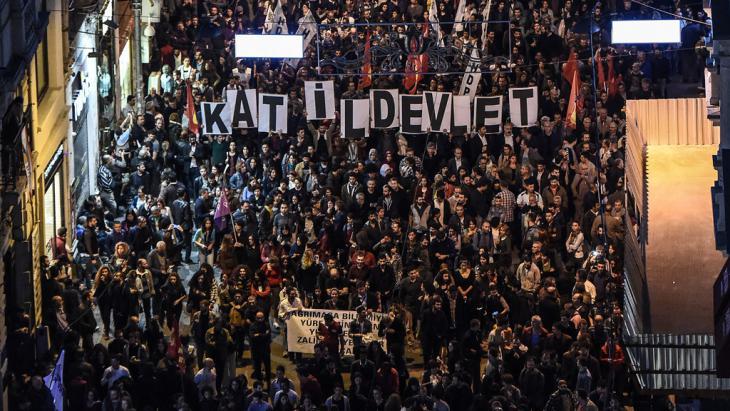 بعد الهجوم القاتل الذي استهدف مسيرة سلمية في أنقرة، احتشد آلاف الأشخاص في اسطنبول.  (photo: Getty Images/AFP/O. Kose)