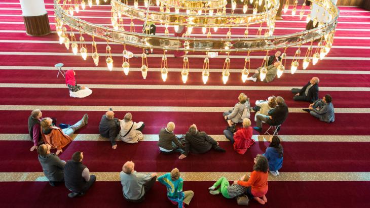 """Moscheeführung am """"Tag der offenen Moschee"""" im Gebetsraum der Merkez-Moschee in Duisburg; Foto: picture-alliance/dpa/M. Skolimowska"""