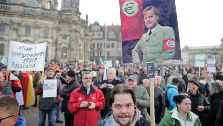 أنصار حركة بيغيدا المعادية للإسلام والأجانب في مدينة درسدن الألمانية. Foto: picture-alliance/dpa/M. Kappeler