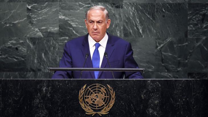 استنكر رئيس الوزراء الإسرائيلي بنيامين نتنياهو الاتفاق النووي الدولي مع إيران باحتجاجٍ صامتٍ أمام الأمم المتحدة في الأول من تشرين الأول/أكتوبر 2015. Foto: AFP/Getty Images/J. Samad