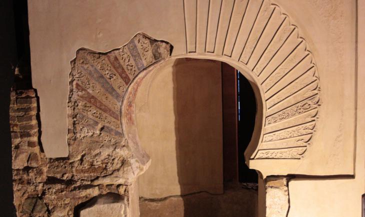 في قبو كنيسة سان خوان دي ديوز في مدينة مرسية منشأ ابن عربي توجد بقايا محراب. في هذا المكان وفي زمن ميلاد ابن عربي في عام 1165 كان يوجد أهم مساجد مرسية. Foto: Marian Brehmer