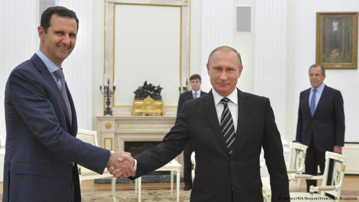 """قام الرئيس السوري بشار الأسد """"بزيارة عمل"""" مفاجئة إلى موسكو مساء أمس الثلاثاء حيث التقى نظيره الروسي فلاديمير بوتين كما أعلن الكرملين اليوم الأربعاء (21 أكتوبر/ تشرين الأول 2015) ، وذلك في أول زيارة له إلى الخارج منذ بدء النزاع في سوريا في 2011. وقال الناطق باسم الكرملين ديمتري بيسكوف """"مساء أمس قام رئيس الجمهورية العربية السورية بشار الأسد بزيارة عمل إلى موسكو""""، مضيفا أن الأسد اجتمع مع بوتين. وأضاف الكرملين أن الأسد أكد لبوتين أن التدخل العسكري الروسي في سوريا حال دون توسع نطاق """"الإرهاب""""."""