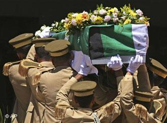مأتم محمود درويش في رام الله. Foto: AP