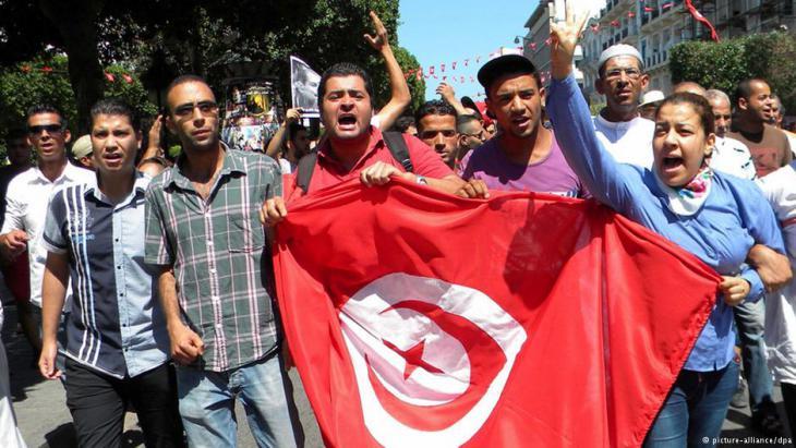 احتجاجات في تونس بعد اغتيال السياسي شكري بلعيد. Foto: dpa/picture-alliance