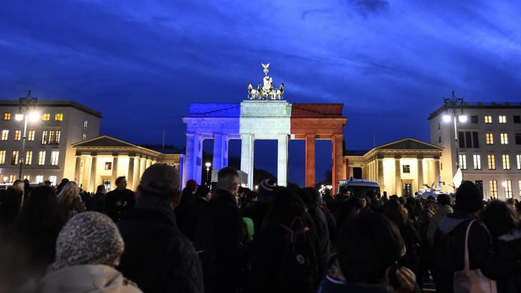 تضامن مع باريس: بوابة براندنبورغ في برلين مُضاءة بألوان العلم الفرنسي. Foto: Getty Images/AFP/T. Schwarz