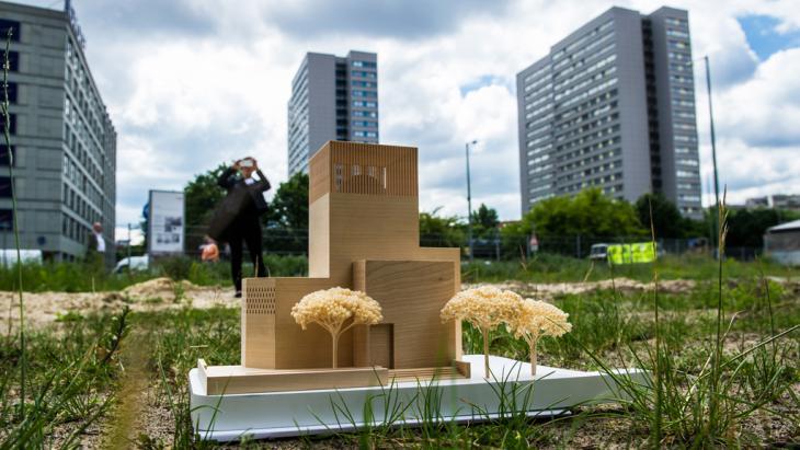 """Ein Modell des Bet- und Lehrhauses, das """"House of One"""", steht am 03.06.2014 in Berlin auf dem Petriplatz; Foto: picture-alliance/dpa/P. Zinken"""