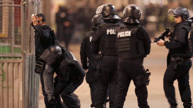 الشرطة الفرنسية تلاحق مهاجمين في باريس 18 / 11 / 2015. (photo: Reuters/C. Hartmann)