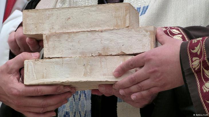 حجر الأساس للبيت الواحد الذي سيضم مسجدا وكنساً وكنيسة.  Foto: Bettina Kolb