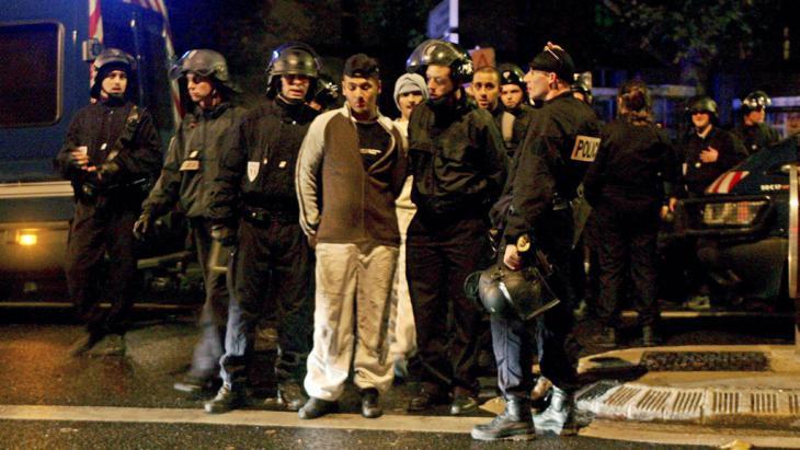 الشرطة الفرنسية تقبض على أشخاص بتهمة إثارة الشغب في إحدى ضواحي باريس 2005.  (photo: picture-alliance/dpa)