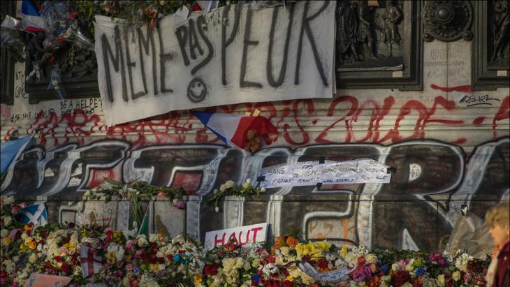 حزن في باريس بعد هجمات الـ 13 من نوفمبر 2015.  (photo: picture alliance/abaca/K. Renaud)