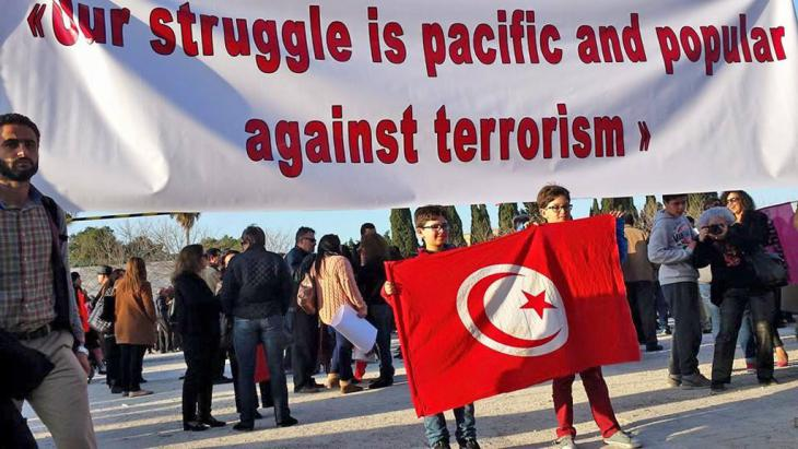 Transparent bei Solidaritätsdemonstration vor dem Bardo-Museum nach dem Anschlag im März 2015 in Tunis; Foto: Sarah Mersch