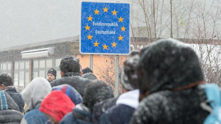 لاجئون في الطريق إلى ألمانيا. Foto: Armin Weigel/dpa
