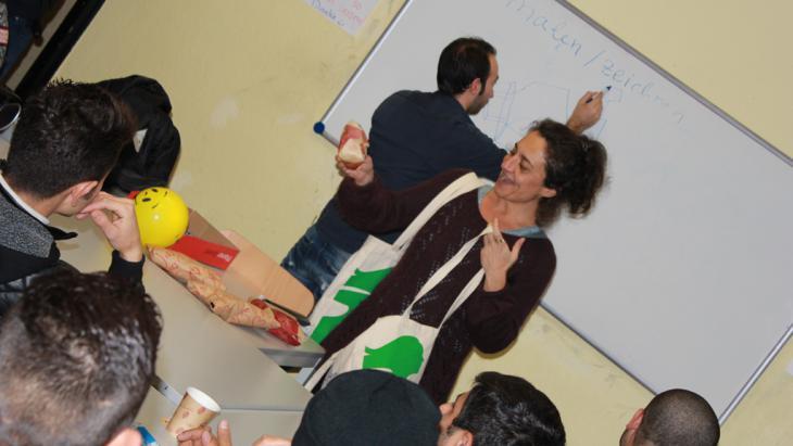 المعلمة أليف إريسوز راينكه التي تعطي دورة لغة ألمانية للاجئين. Foto: DW/M. Hallam