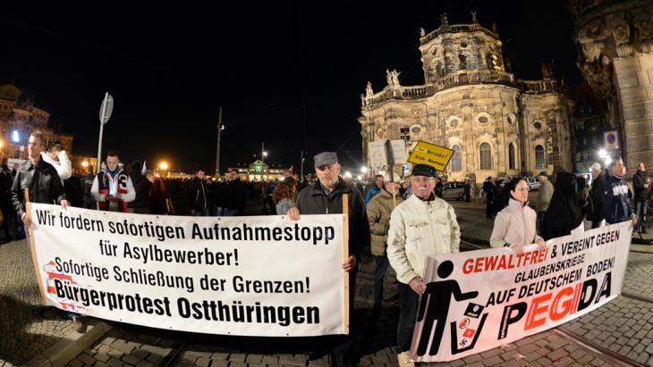Pegida-Anhänger am 16.11.2015 auf dem Theaterplatz in Dresden; Foto: Foto: Arno Burgi/dpa