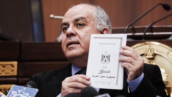 عمرو دراج رئيس هيئة صياغة الدستور المصري يقدم الدستور الجديد عام 2012. Foto: Getty Images/AFP/G. Guercia