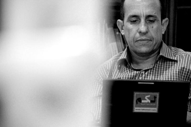 """علي أنوزلا صحافي وكاتب مغربي، مدير ورئيس تحرير موقع """"لكم. كوم""""، أسس وأدار تحرير عدة صحف مغربية، وحاصل على جائزة """"قادة من أجل الديمقراطية"""" لعام 2014. الصورة من مراسلون بلا حدود"""