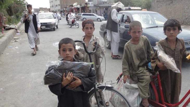 Verteilung von Hilfsgütern an arme afghanische Kinder in der Provinz Kandahar; Foto: Mrasta Foundation