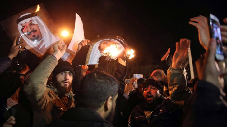 متظاهرون إيرانيون عند السفارة السفارة السعودية في طهران 13 / 01 / 2016. (photo: picture-alliance/dpa/M.-R. Nadimi)