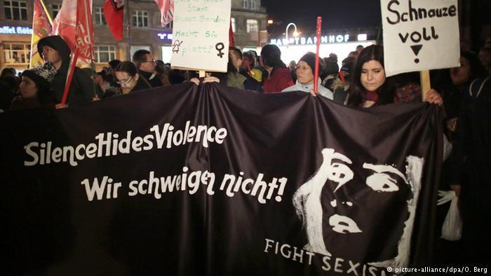 """عبر العديد من المتظاهرين في مدنية كولونيا على غضبهم من الأحداث، التي شهدتها مدينتهم ليلة رأس السنة، رافعين لافتات كتبوا عليها """" طفح الكيل"""" و"""" لن نسكت"""" و"""" سنحارب التحرش"""" ."""