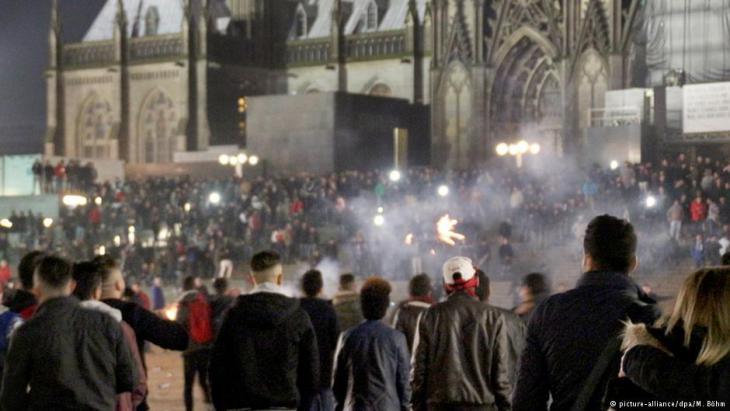 ليلة ليلة رأس السنة 2016 عند محطة القطار الرئيسية لمدينة كولونيا في غرب ألمانيا. Foto: picture-alliance/dpa