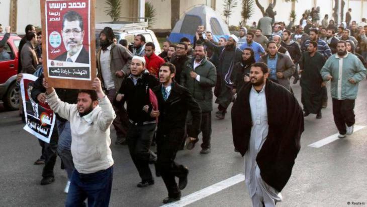 أنصار محمد مرسي في مظاهرة من أجل رئيسهم في القاهرة.  Reuters