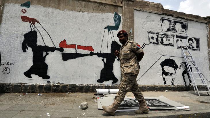 جدارية في اليمن تبيّن مدى النفوذ الإيراني السعودي في اليمن. Foto: picture-alliance/epa/Y. Arhab