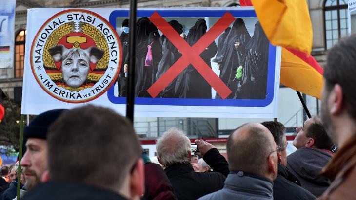 أنصار حركة بيغيدا المناهضة للإسلام والمهاجرين في ألمانيا. Foto: picture-alliance/dpa/B. Settnik