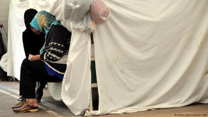 الخيام توفر في صالات إيواء اللاجئين بعضاً من الحياة الخاصة يكون فيها الإنسان وحده وسط أعداد غفيرة تصل إلى المئات.