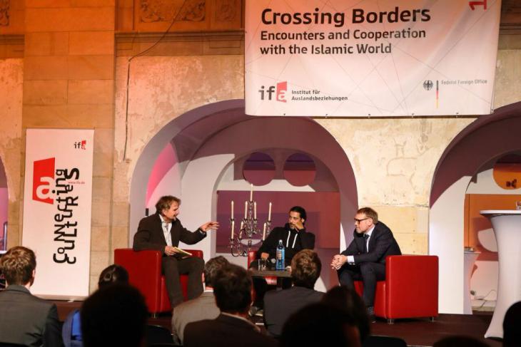 Andreas Görgen, Leiter der Abteilung Kultur und Kommunikation im Auswärtigen Amt, und der deutsch-irakische Schriftsteller Abbas Khider diskutierten auf der Bühne über das Thema Flucht und Migration. Foto: Fabian Pianka