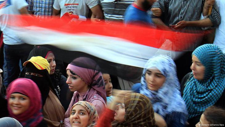 فتيات في ميدان التحرير في مكان يؤمّنه حُرّاس. Foto: DPA