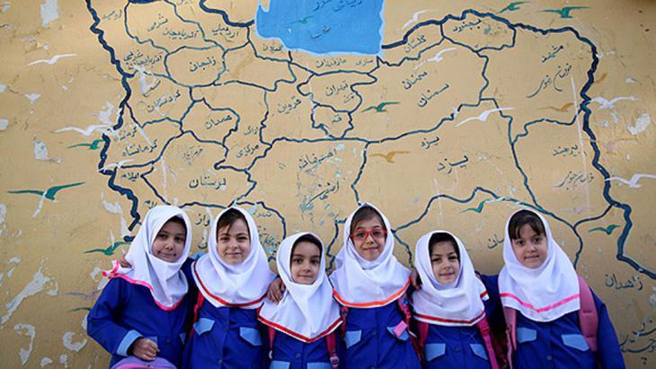 تلميذات إيرانيات وخلفهن خريطة إيرانية. Foto: MEHR
