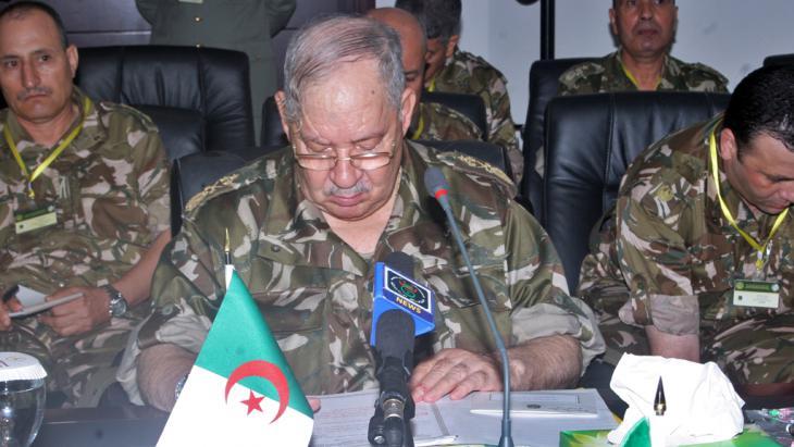 رئيس أركان الجيش الجزائري الفريق أحمد قايد صالح.  Foto: STR/AFP/GettyImages