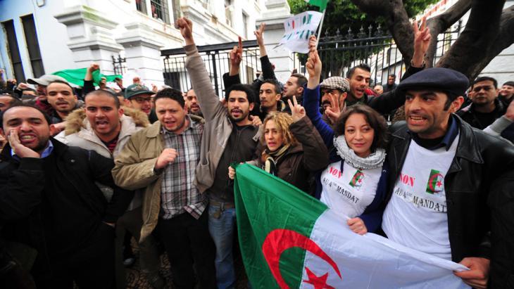 احتجاجات النشطاء ضد الولاية الجديدة لبوتفليقة 15 / 03 / 2014.   Foto: picture-alliance/AA.