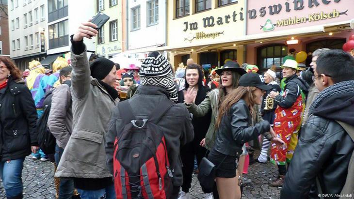 لاجئون سوريون في ألمانيا يحتفلون مع الألمان بكرنفال كولونيا 2016. Syrische Flüchtlinge feiern im Karneval Köln Februar 2016. Foto: Ali Almakhlafi