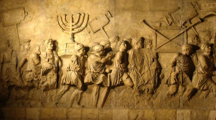 """""""غنائم حرب"""" من ضمنها الشمعدان اليهودي: نقش جداري قديم موجود في روما. المصدر: ويكيبيديا arch_of_titus_menorah"""