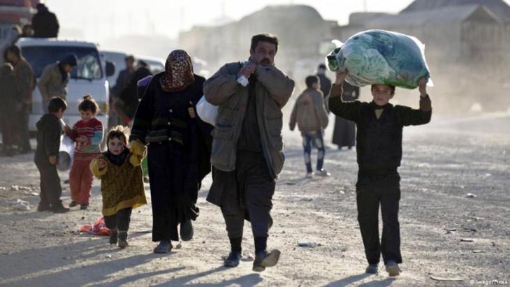 """أفادت منظمتان غير حكوميتان الثلاثاء (التاسع من فبراير/ شباط 2016) أن أكثر من مليون سوري يعيشون تحت الحصار بعد خمس سنوات من الحرب، مشيرة إلى أن الأزمة """"أسوأ بكثير"""" مما تحدث عنه مسؤولو الأمم المتحدة. وخلص مشروع مشترك يجمع معلومات من شبكة تنتشر في عمق المجتمعات السورية المحاصرة إلى نتيجة قاتمة بأن نقص تقارير الأمم المتحدة بشأن الحصار قد """"يشجع دون قصد على توسيع استراتيجية الحكومة السورية بالاستسلام أو التجويع""""."""
