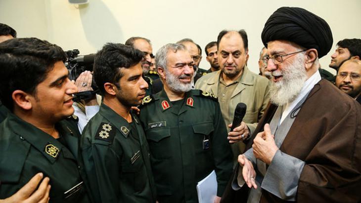 آية الله خاميناي في زيارة لحرس الثورة. الصورة مير