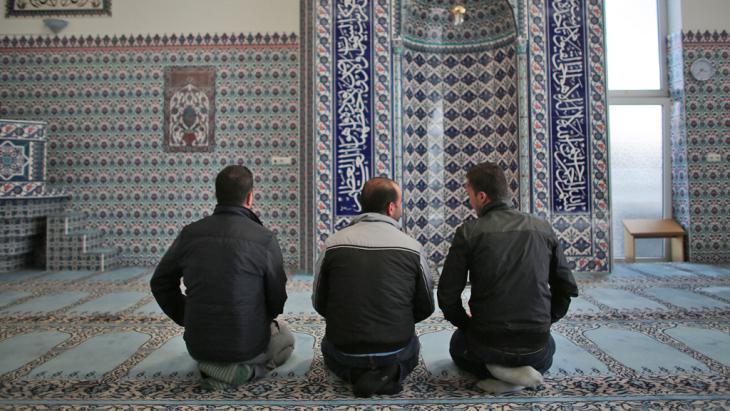 Die syrischen Flüchtlinge Sharif Baraa, Jarkas Anas, Mohammad Amin (r-l) beten am 15.09.2015 in der Ditib-Moschee Köln-Chorweiler; Foto: picture-alliance