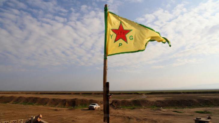 علم وحدات حماية الشعب الكردية، سنجار. رويترز