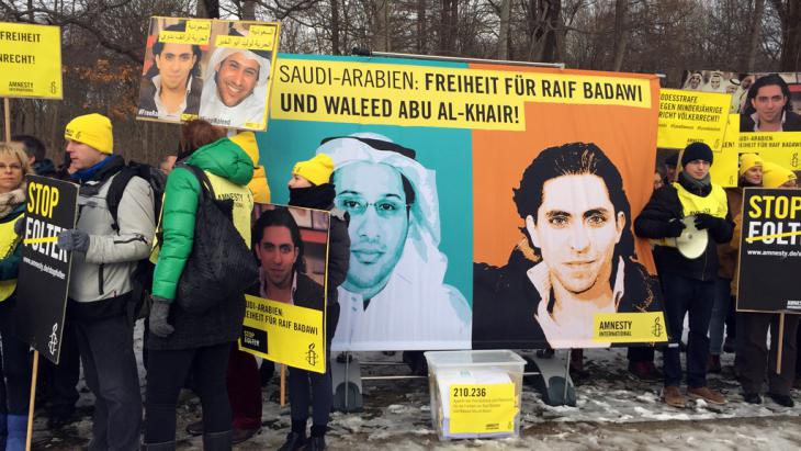 احتجاج مطالب بالإفراج عن رائف بدوي وأبي الخير أمام السفارة السعودية في برلين. Foto: DW