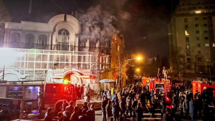 Demonstranten stürmen am 2. Januar 2016 die saudische Botschaft in Teheran und setzen sie in Brand; Foto: picture alliance/dpa/M.-R. Nadimi