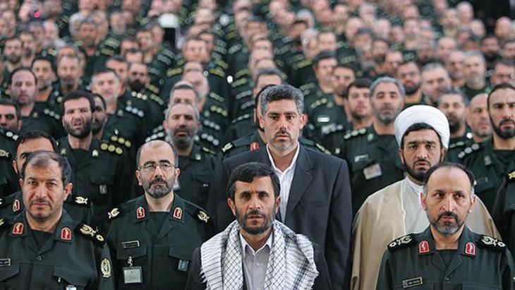 أحمدي نجاد وسط وحدات من الحرس الثوري.Quelle: FARS