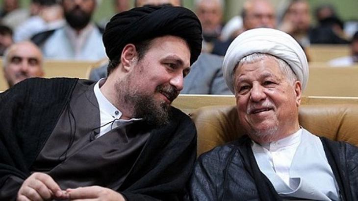 رفسنجاني (يمين) وحسن الخميني (يسار). Foto: Tasnim