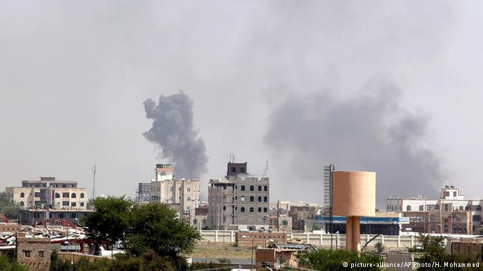 في مارس أذار 2015 بدأت السعودية حملة عسكرية في اليمن لمنع الحوثيين المتحالفين مع إيران من الاستيلاء على السلطة. واتهمت الرياض إيران باستخدام مسلحي الحوثيين لتنفيذ انقلاب. في حين قالت طهران إن الضربات الجوية التي تنفذها الرياض تستهدف المدنيين
